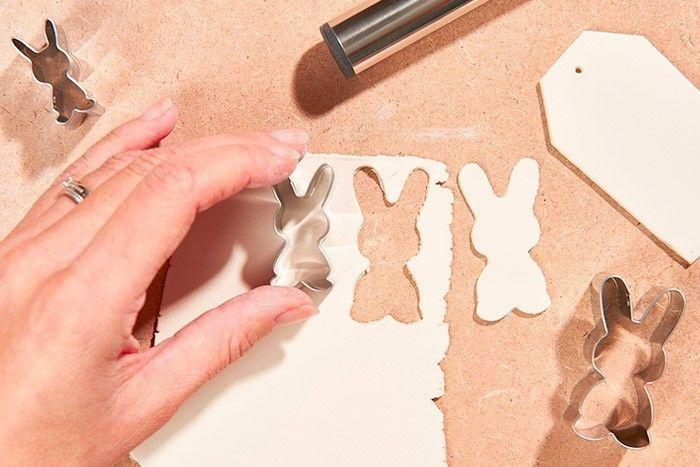 ETAPE 3/8 - TECHNIQUE DE L'APPLICATION Etaler à nouveau l'argile autodurcissante sur une planche en bois à l'aide d'un rouleau afin d'obtenir une très fine plaque. Découper les motifs à l'aide des emporte-pièces lapin.