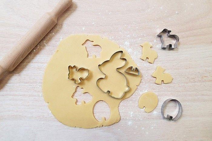 ETAPE 1/4 - PRÉPARATION BISCUIT Dans un récipient, malaxer le beurre avec le sucre, rajouter l'œuf et la farine et former une boule homogène. La filmer et la réserver au frigo 30 min. Puis étaler la pâte (environ 1cm d'épaisseur) sur du papier cuisson et la découper avec les emportes pièces. Cuire 12 à 15 min à 180°, jusqu'à obtention d'une jolie coloration.