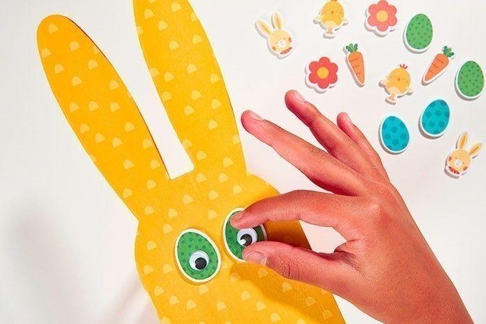 ETAPE 3/8 Pour créer les yeux, placer deux stickers mousse « œufs » et coller les yeux mobiles par-dessus.