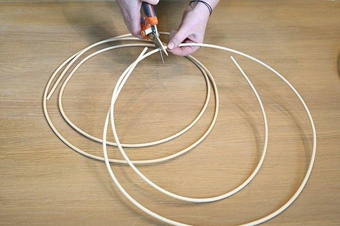 ETAPE 1/8 Couper des longueurs égales de moelle de rotin en fonction de la taille de la couronne que vous souhaitez obtenir.