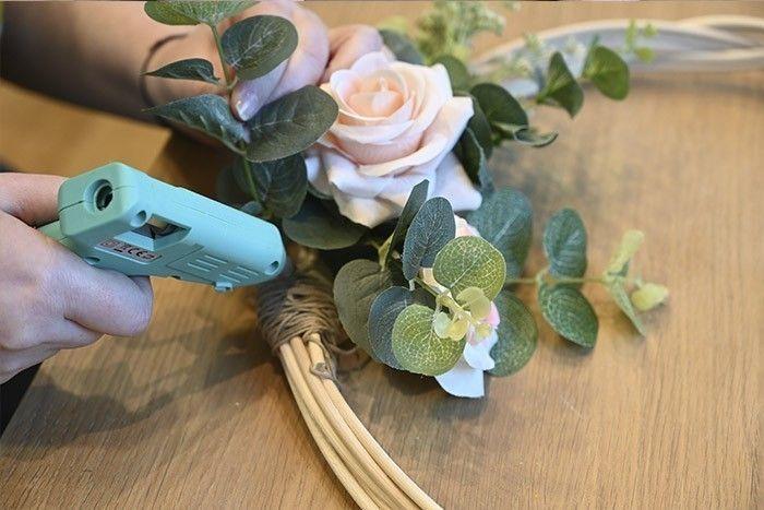 ETAPE 7/8 Coller à l'aide d'un pistolet à colle si besoin. Veiller à masquer avec des fleurs la partie recouverte de ficelle .