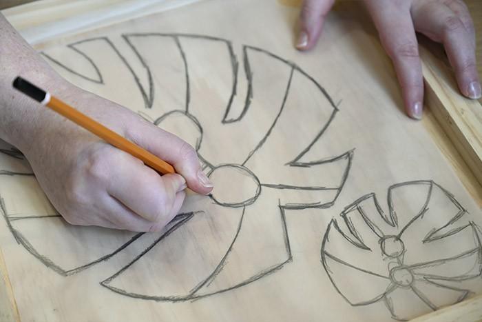 ETAPE 2/13 Reporter sur le support en bois en retournant le calque et en repassant le trait au crayon à papier.