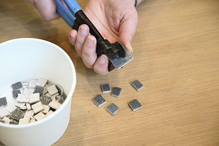 ETAPE 3/13 Pour le fond gris autour du motif: prendre des tesselles d'Emaux de Briare et les couper en deux. Puis les recouper de nouveau en deux afin d'obtenir 4 petits carrés pour chaque tesselle.