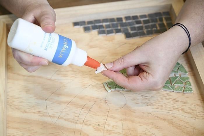 ETAPE 5/13 Pour le feuillage: tailler des morceaux de différentes tailles.  Poser un point de colle derrière les morceaux et positionner dans le motif sur le plateau en prenant soin de laisser un écart de 2 à 3 mm entre chaque.