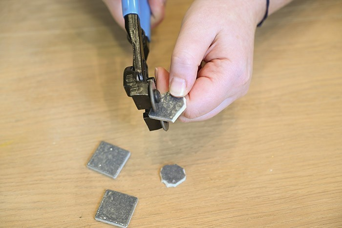ETAPE 6/13 La pince à roulette vous permet de tailler avec plus de précision et d'obtenir des formes rondes par exemple.