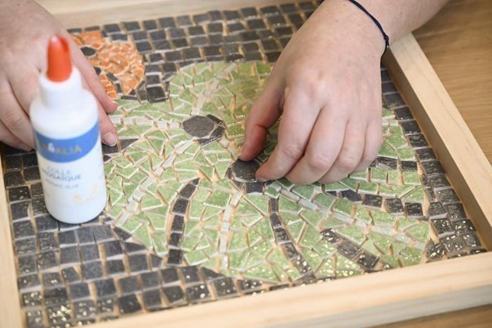 ETAPE 7/13 Coller les dernières tesselles ainsi taillées.  Protéger avec du ruban de masquage les bords intérieurs de votre plateau.