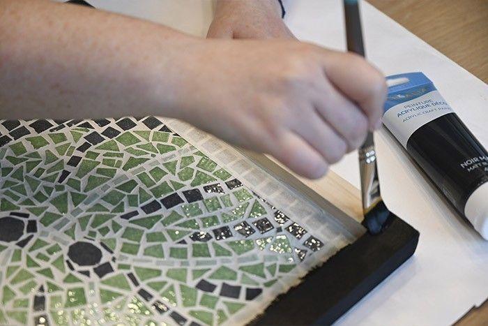 ETAPE 10/13 Peindre le contour de votre plateau avec de la peinture acrylique de couleur noire. Une fois la peinture bien sèche, retirer délicatement le ruban de masquage.
