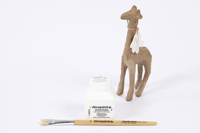 ETAPE 1/8 Pour apprêter le support en papier mâché et le blanchir, peindre à l'aide du gesso tout l'animal.