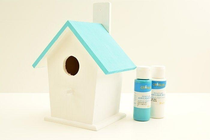 ETAPE 1/6 Peindre en blanc le nichoir, excepté le toit. Préparer un mélange de peinture émeraude éclaircie de blanc (50%) pour peindre le toit. Laisser sécher.