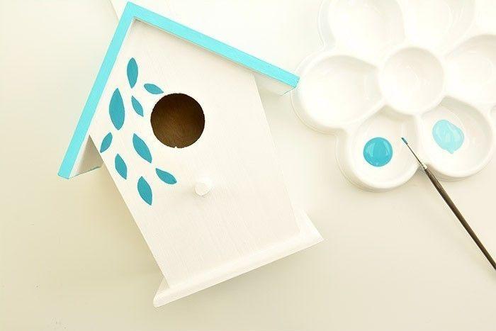 ETAPE 2/6 Peindre une pluie de feuille sur la face avant du nichoir et une partie du toit à l'aide du pinceau très fin, . Laisser sécher.