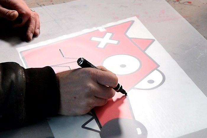 ETAPE 1/10 Télécharger et imprimerle gabarit et l'aide au dessin.Positionner le gabarit sous une feuille pochoir. A l'aide d'un marqueur, dessiner Nourf©.