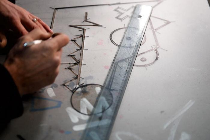 ETAPE 4/10 Découper à l'aide d'un cutter de précision chacune des formes.