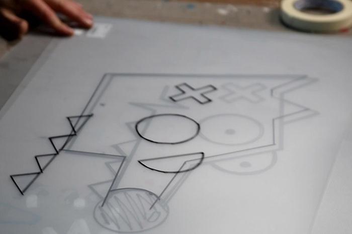 ETAPE 2/10 Pour créer le pochoir rouge et blanc, aidez-vous du précédent dessin avec la superposition.