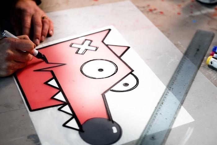ETAPE 1/8 Dessiner Nourf© en s'inspirant de le gabarit et l'aide au dessin.Positionner le gabarit sous une feuille pochoir. A l'aide d'un marqueur, dessiner Nourf©.
