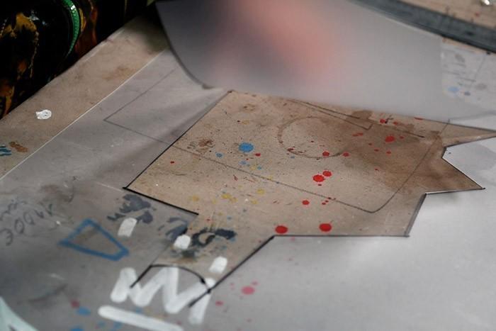 ETAPE 3/8 Découper au cutter de précision le pochoir rouge et blanc.
