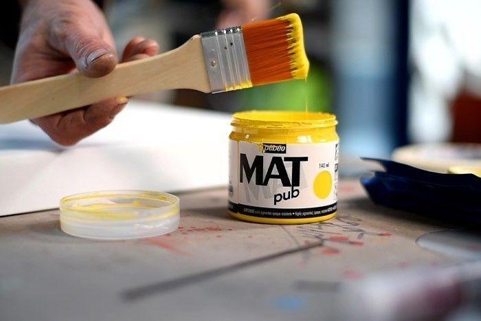ETAPE 4/8 Peindre le fond de la toile avec la couleur Jaune Mat Pub Pébéo avec un spalter large. Laisser sécher.