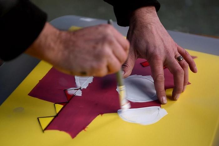 ETAPE 6/8 Positionner le pochoir pour les zones blanches du dessin. Vider un peu de couleur blanche du marqueur Pébéo Mat Pub et peindre au pinceau ou au spalter.