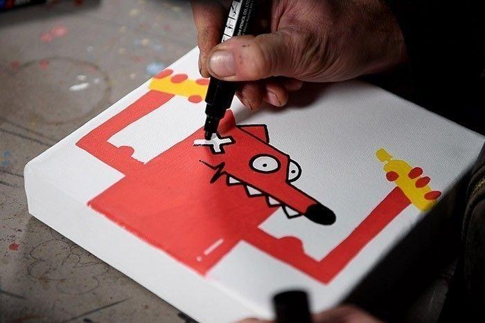 ETAPE 3/8 En utilisant le Paint Marker Posca Noir, dessiner le contour de Nourf©. Remplir de blanc des yeux, les dents et son pansement.