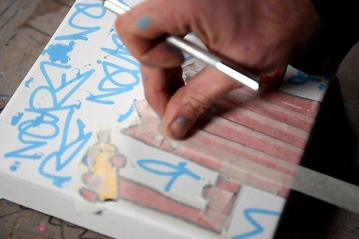 ETAPE 6/8 Protéger Nourf© avec du ruban de masquage ou avec une feuille papier découpée au format. Conseil : Veiller à ce que la peinture soit bien sèche. 