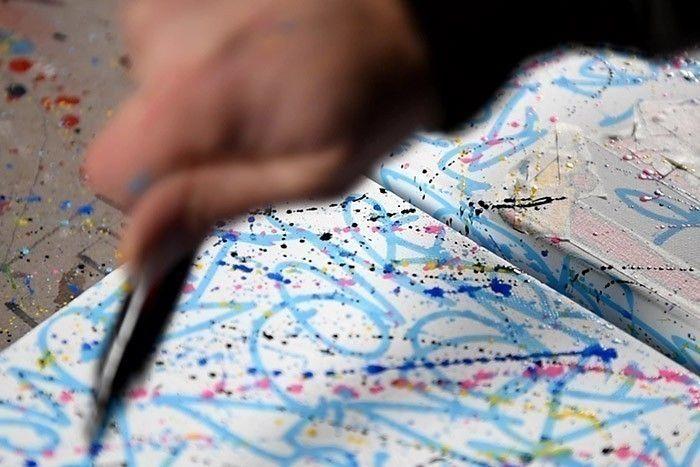 ETAPE 7/8 Sur l'ensemble des toiles, faire des « splashs » avec les différentes couleurs de Paint Markers Posca.