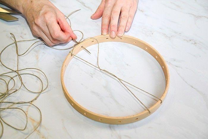 ETAPE 1/9 Pour le tissage de 21 cm, couper une longueur de ficelle de jute d'environ 3,5 mètres. Passer la ficelle dans le trou 1 et nouer. Passer la ficelle dans le trou extérieur du 11 et le ressortir depuis l'intérieur du trou 11 dans le trou 10.