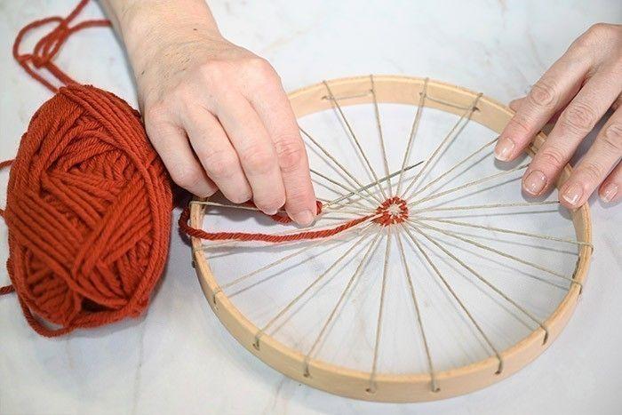 ETAPE 4/9 Couper une longueur de laine Partners 6 Phildar. L'enfiler sur une aiguille à gros chas. Passer en alternance dessus dessous.