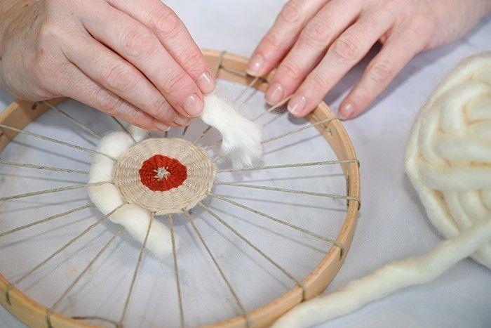 ETAPE 6/9 Couper une longueur de laine acrylique XL. Utiliser la même méthode de tissage que précédemment.