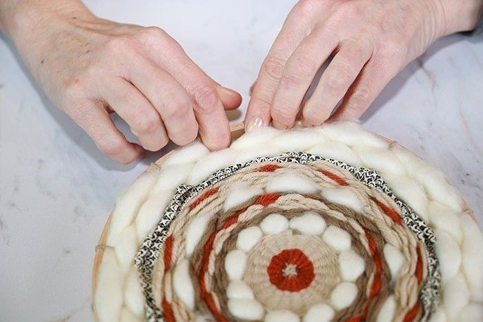 ETAPE 8/9 Terminer le tissage avec une longueur de laine acrylique XL jusqu'aux bords du cercle. Il est également possible de laisser la trame de tissage apparaître pour varier les effets.