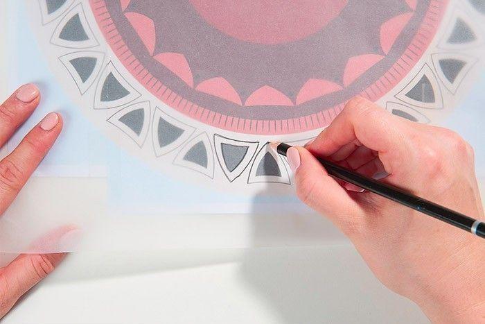 ETAPE 2/8 Reporter le gabarit sur le papier calque. Retirer les aiguilles de l'horloge et décalquer le motif sur l'horloge en évidant le centre du calque.
