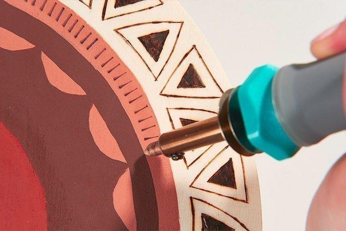 ETAPE 7/8 Finaliser en traçant des traits graphiques sur l'anneau terracotta. Astuce : Pour nettoyer la pointe, utiliser une petite brosse métallique.