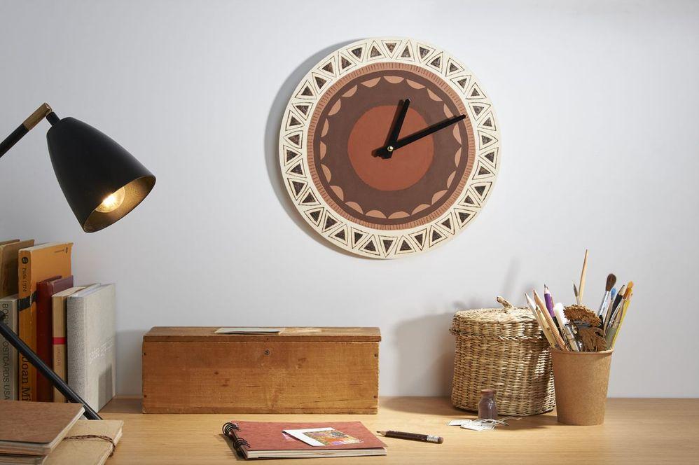 ETAPE 8/8 Replacer les aiguilles sur l'horloge et insérer des piles puis la placer sur votre mur et décorer votre intérieur.