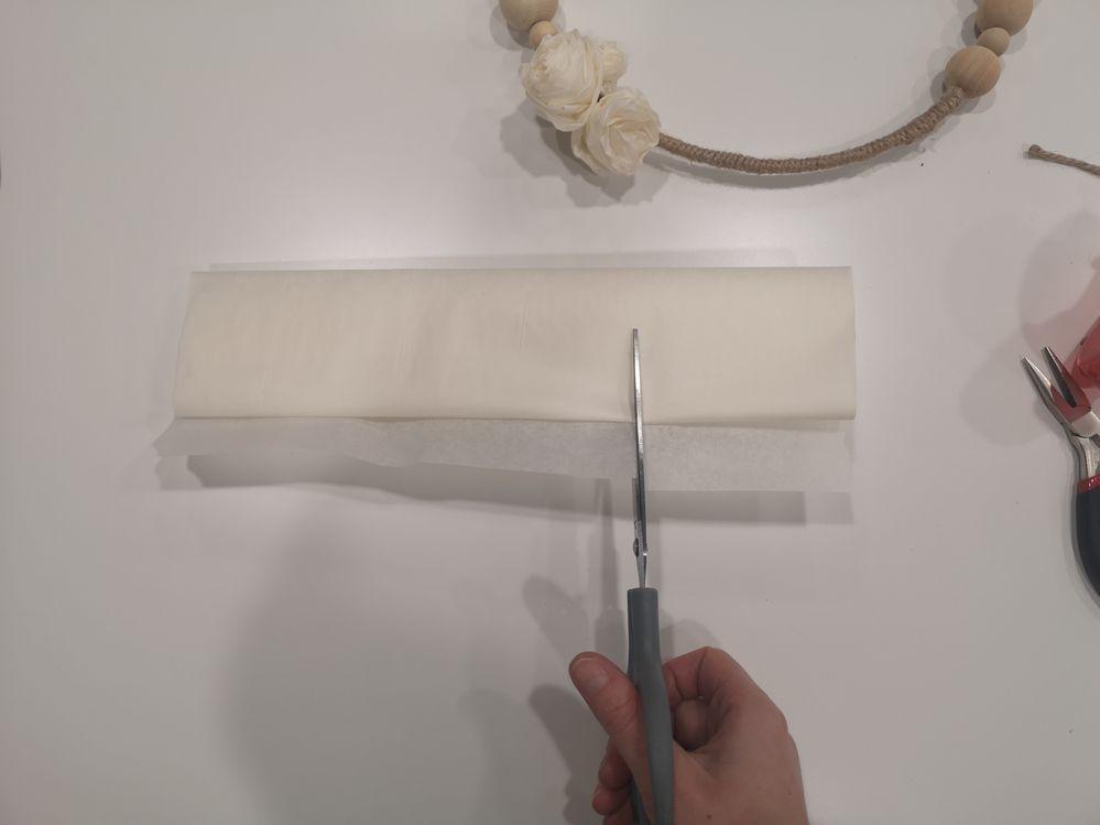 Couper un morceau de papier de soie