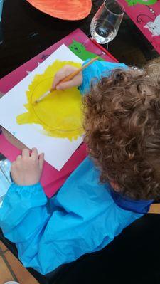 Pendant que l'assiette sèche, réaliser sur une feuille blanche un cercle (qui sera collé dans l'assiette) et demandez à votre enfant de le peindre en jaune.