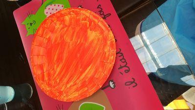 Mélanger du jaune et du rouge pour former le orange et demandez à votre enfant de peidre toute l'assiette en orange.
