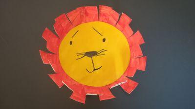 Découpez le cercle jaune, faites dessiner les yeux sourcils etc au crayon de papier et au feutre noir, puis collez le visage sur l'assiette. Enfin, avec des ciseaux aidez-le à faire la crinière tout autour de l'assiette. Le tour est joué !