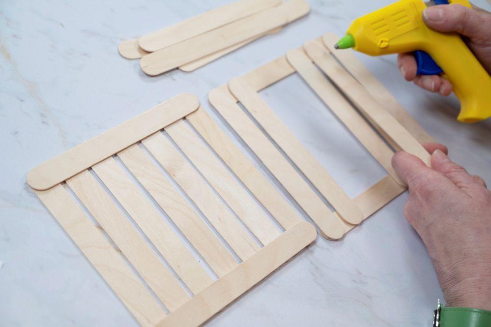 6. Pour créer une palette de présentation en bois, assembler en croissant des batônnets, les coller au pistolet à colle.(Manipulation par un adulte).