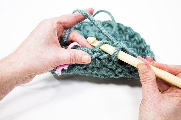 5. Pour former le pot, ne plus augmenter du tout. Pour créer ce bel effet, faire la maille serrée en piquant le crochet sur le brin arrière du V que forme la maille du dessous.