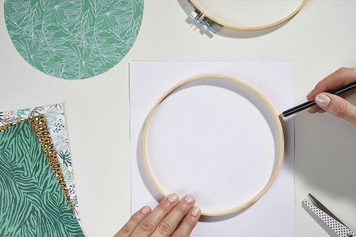1. Dévisser le tambour et reporter le contour de l'anneau intérieur sur l'envers du papier imprimé choisi. En réaliser autant que souhaité pour créer la décoration murale « hoop art ».