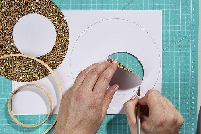 Idée + : Sur certains, utiliser l'anneau d'un mini tambour pour ajourer une partie du papier imprimé rond.