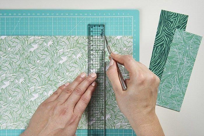 2. Découper des bandes de 6 x 17 cm et 1 x 17 cm dans les papiers imprimés ou unis.
