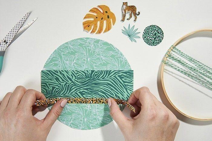 5. Composer le fond du décor en collant les bandes sur le rond en papier. Couper les débords en arrondis.
