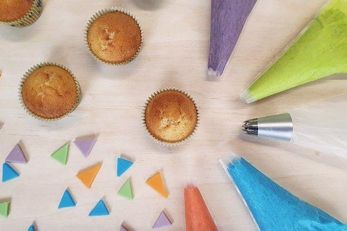 7. Astuce : Mettre les crèmes au beurre colorées dans 4 poches sans douilles et couper le bout. Préparer une poche avec la douille étoile.