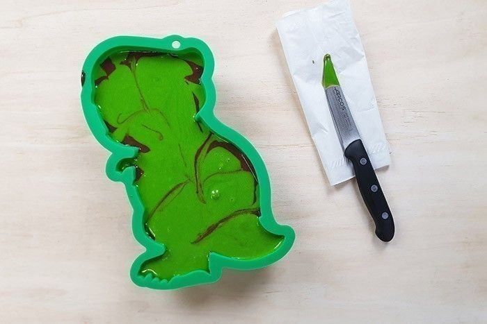 4. A l'aide du couteau, faire quelques mouvements d'aller et retour dans la pâte pour les mélanger délicatement et former des zébrures. Cuire durant 20-25min à 180°C (le couteau doit ressortir sec). Laisser refroidir.