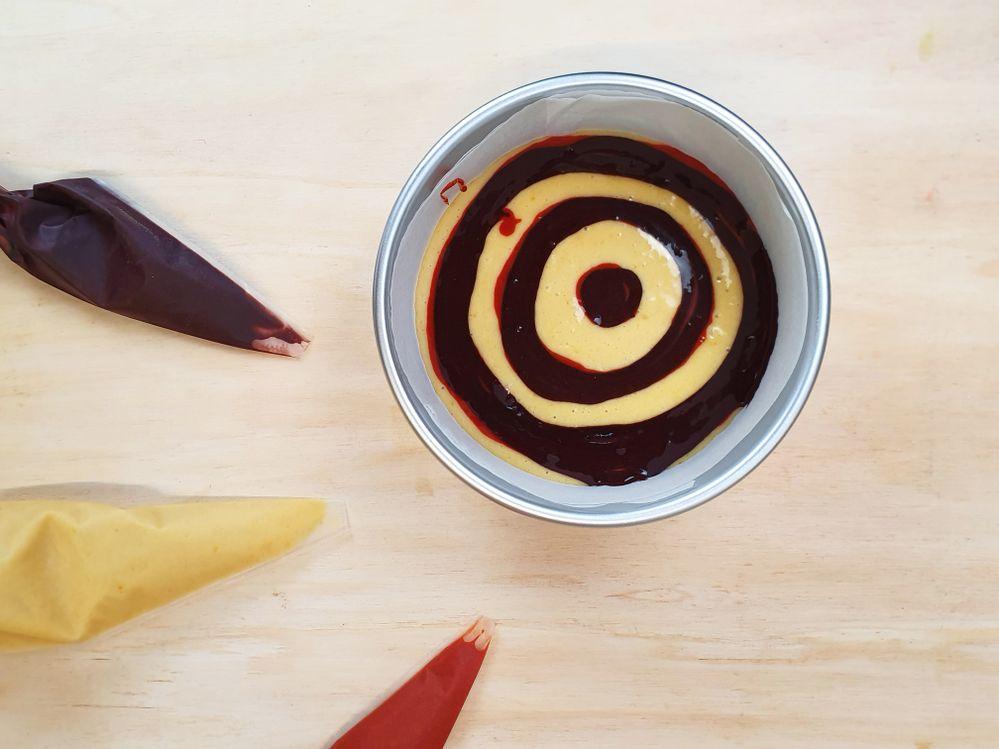 4. Recouvrir les cercles de pâte orange par des cercles de pâte marron. Puis recouvrir le tout du restant de pâte « nature ». Cuire durant 25 min à 180° et laisser refroidir. Réaliser ainsi 3 cakes pour former votre gâteau final. 