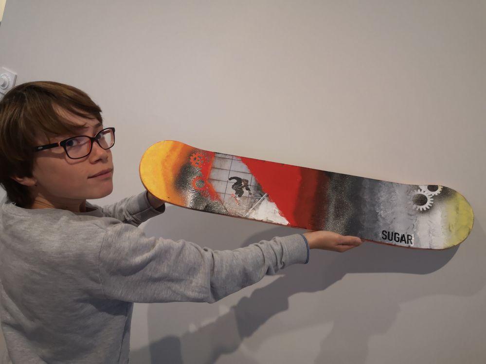 Skate arty pochoir et peinture acrylique tamponnée