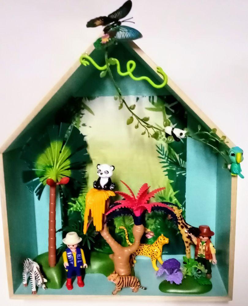 Cadre maison Playmobiml jungle avec deux explorateurs et beaucoup de végétation et d'animaux