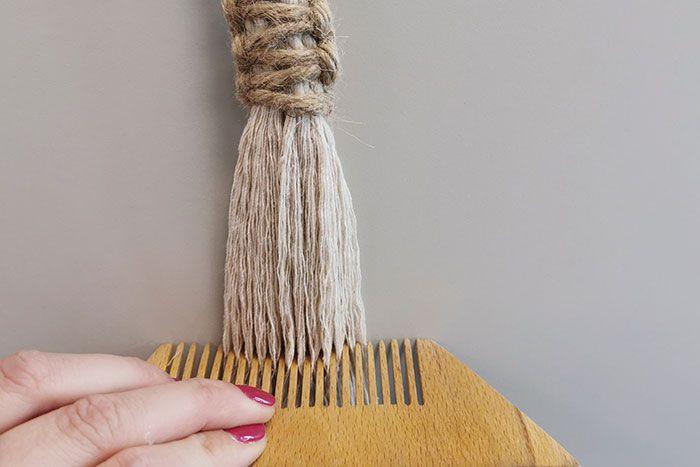 5. Retirer la pince à linge et détisser les 3 gros brins de chaque fil court. Peignez pour obtenir l'effet pompon. Répéter cette action sur les longs fils. Egaliser les longueurs aux ciseaux. Astuce : Pour éviter les nœuds, peignez au fur et à mesure chaque longueur de fil macramé.