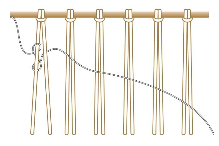 7. Plier en deux tous les longs fils macramé blancs et réaliser 6 nœuds à tête d'alouette sur le bâton de suspension. Les espacer de quelques centimètres. Pour tisser une barrette verticale ajourée, utiliser le long fil de jute et l'enrouler autour de la 1ère longueur comme expliqué sur le schéma ci-contre. Serrer jusqu'au nœud à tête d'alouette.