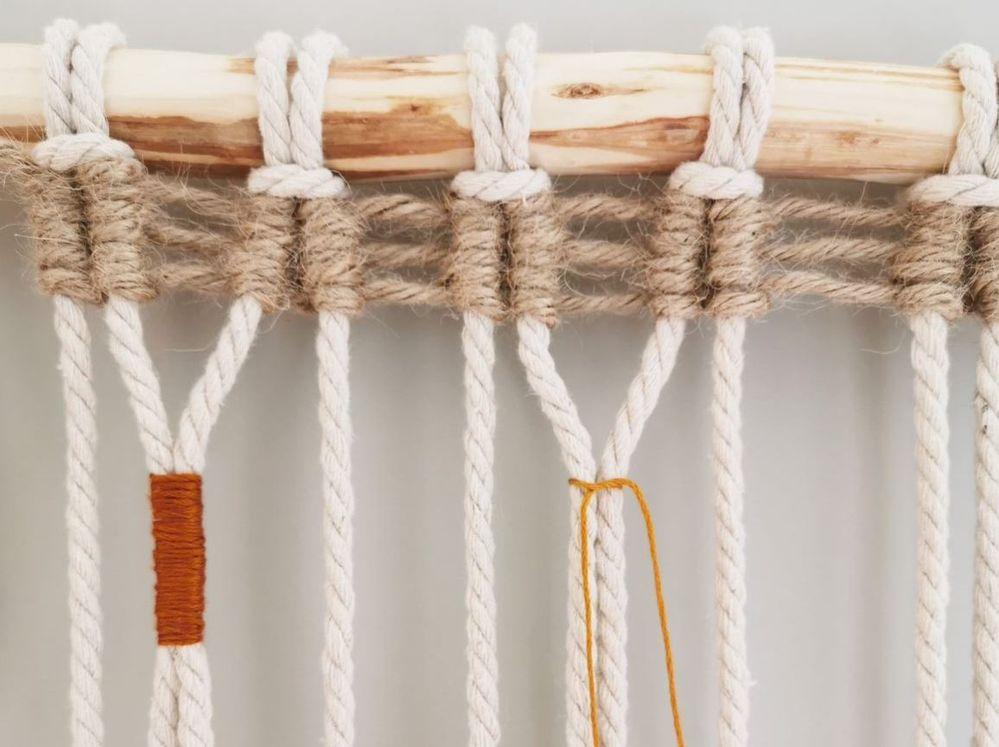 11. Nouer et enrouler un fil à broder sur les 2ème et 3ème longueurs, 6ème et 7ème longueurs et 10ème et 11ème longueurs, à quelques centimètres du tissage en jute. On obtient 3 descentes de 4 fils.