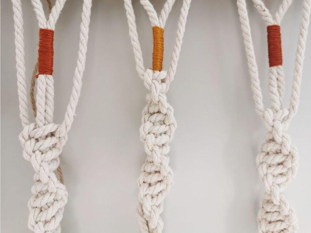 12. Réaliser sur la chaque descente une quinzaine de nœuds torsadés.